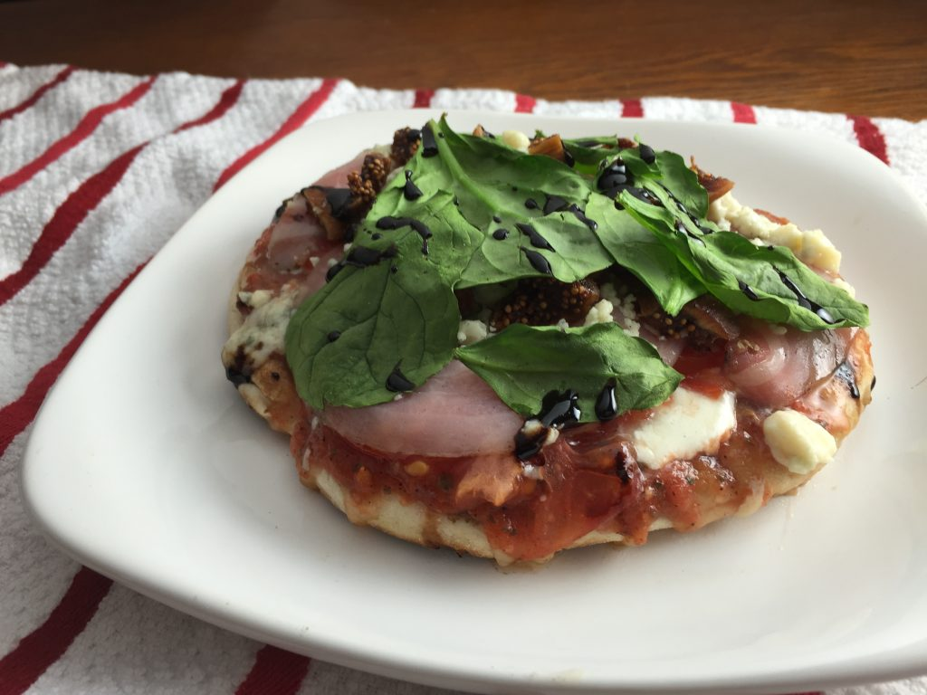 Recipe for grilled pizza with figs, pancetta and gorgonzola
