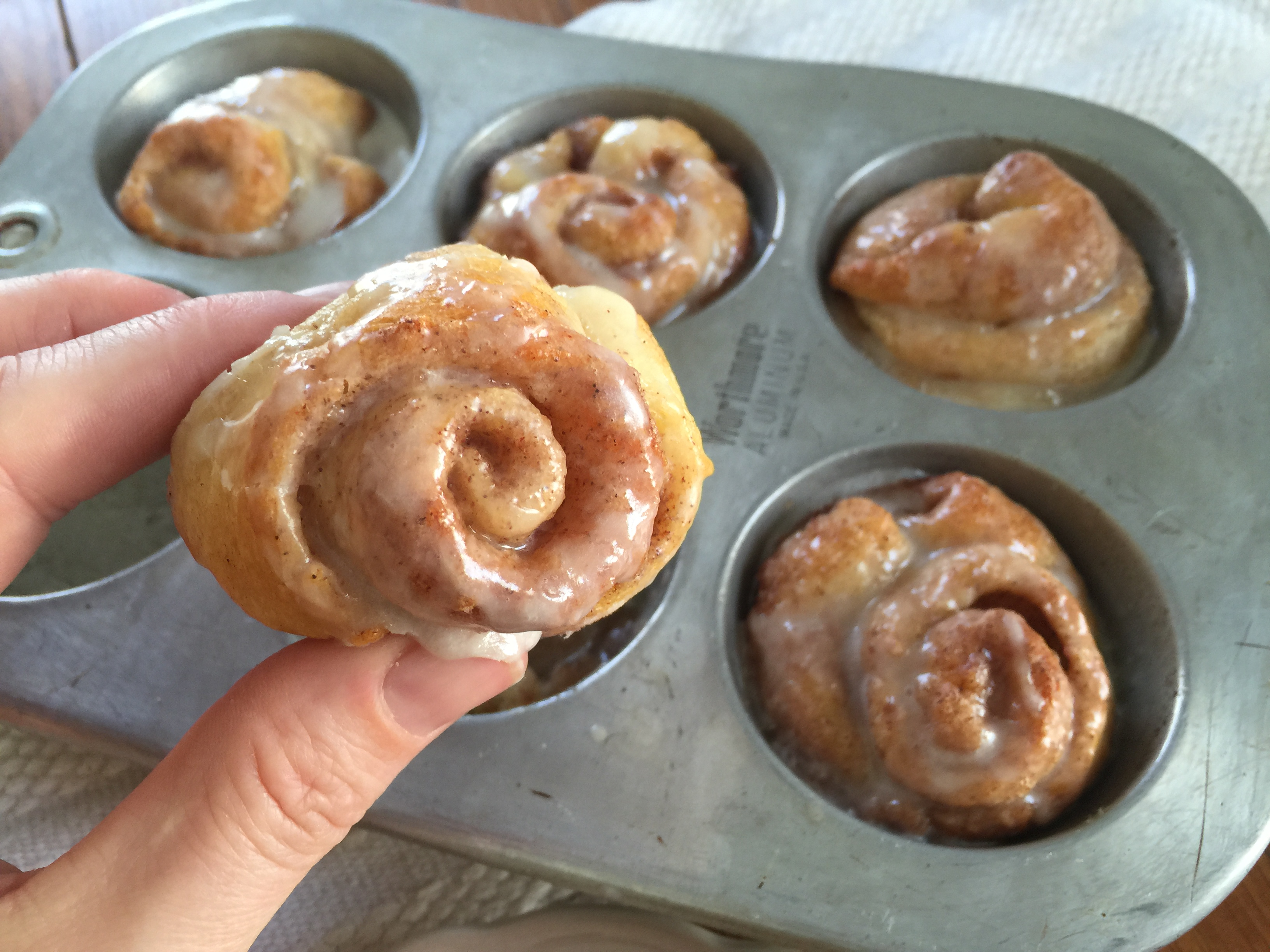 "Duet: Mini Cinnamon Rolls / Lionel Richie ""Can't Slow Down"""
